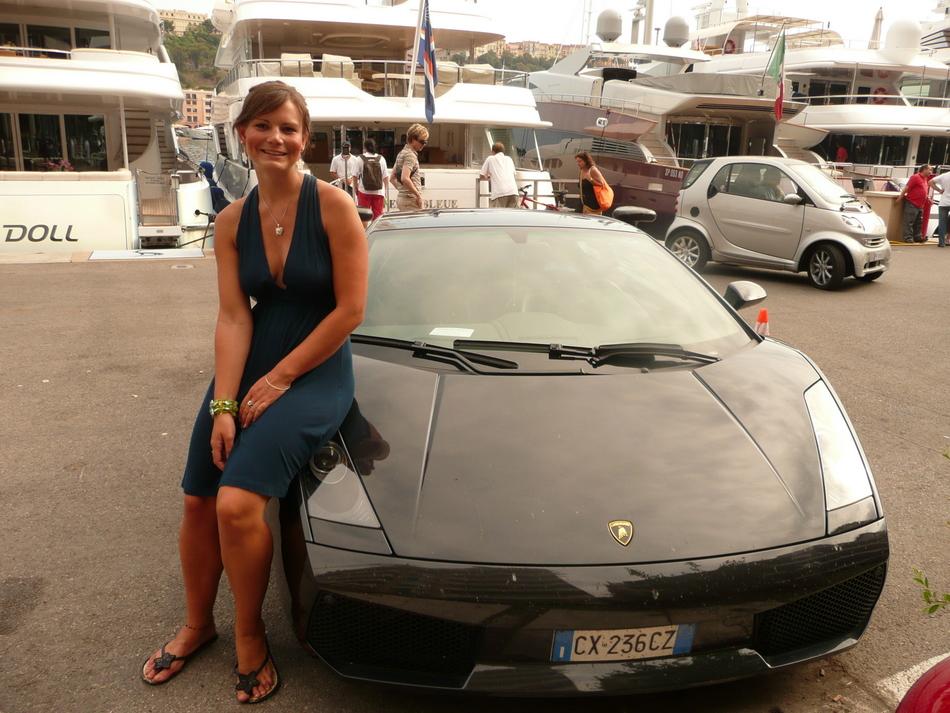 Debbie auf einem Lamborghini